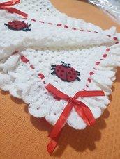 Copertina lana bianca con merletto e coccinelle