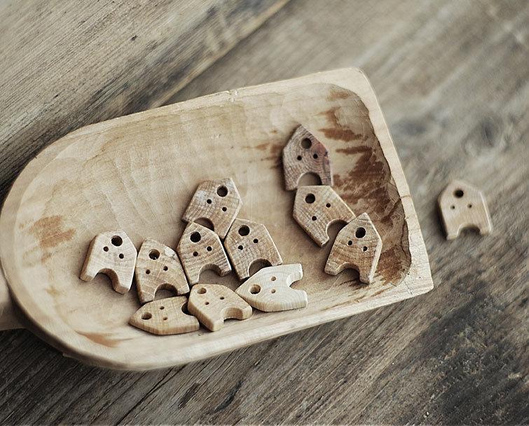 Bottone a forma di casetta in legno di quercia