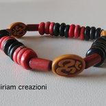 Bracciale da uomo con perle in legno e tre ovali con il simbolo indiano dell'OM