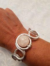Bracciale in alluminio battuto e perla in quarzo rosa (chiusura con moschettone in acciaio)