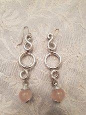 Orecchini in alluminio battuto e perle in quarzo rosa