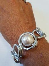 Bracciale in alluminio battuto e perla in cotone (chiusura a moschettone in acciaio)