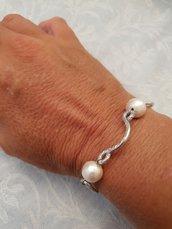 Bracciale in alluminio battuto e perle in cotone