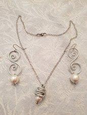 Girocollo in acciaio con ciondolo in alluminio striato e perla in cotone