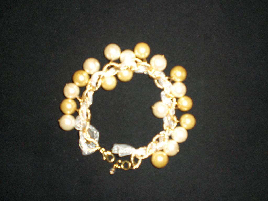 braccial ciondoli color crema e oro