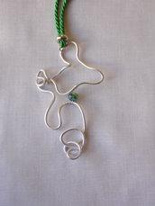 Collana in alluminio zigrinato color argento e cristallo di color verde. Fatto a mano.