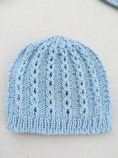 Cappello / berretto bambino azzurro chiaro con treccine traforate