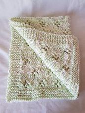 Copertina soffice in lana melange panna e verdino ai ferri per culla e/o carrozzina