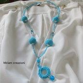 Collana turchese con cristalli e perle rivestite all'uncinetto