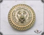 Bottone in metallo - leone in rilievo, color oro ottonato, attaccatura con gambo - 5 pezzi