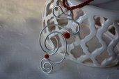Gioielli, collana con pendente  in alluminio zigrinato con cristalli opachi rossi. Realizzato a mano