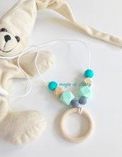 Collana allattamento con anello in legno e perle esagonali in silicone azzurra