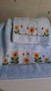 asciugamani azzurri con fiori