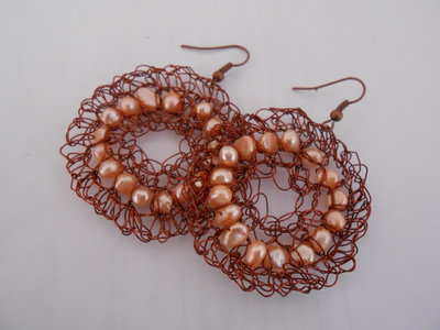 Orecchini crochet in filo di rame e perle di fiume rosa.