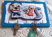 Quadretto porta chiavi di forma rettangolare in legno con gatto di ceramica incollato, manufatto dipinto