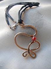 Collana con pendente in alluminio martellato e mezzo cristallo rosso.