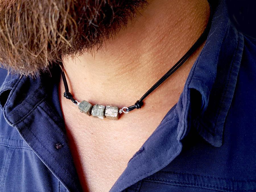 Collana artigianale da uomo in cuoio con pietre di pirite grezza, naturale non lavorata. Fatto a mano