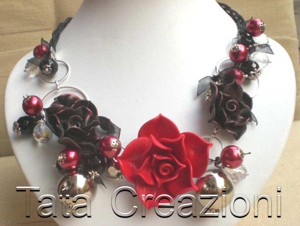 Collana con rose rosse e nere