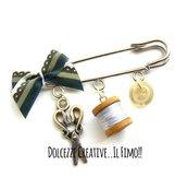 Spilla Sarta - sartoria - con fiocco, forbici, bottone e rocchetto di cotone - idea regalo sarta