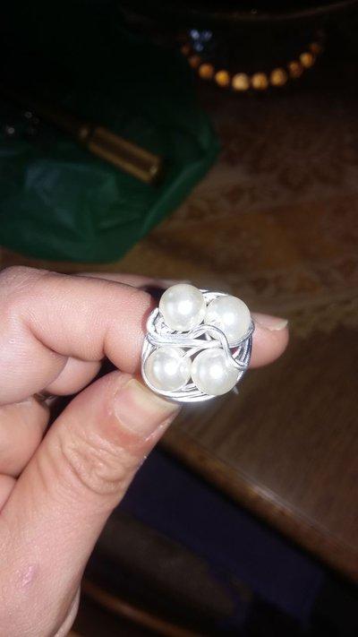anello in perle bianche