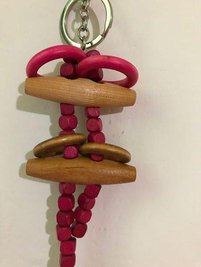 Portachiavi in legno color fucsia