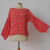Blusa rossa con manica a palloncino, in crepe di viscosa mano seta; fatta a mano.