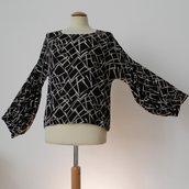 Blusa nera con manica a palloncino, in crepe di viscosa mano seta; fatta a mano.