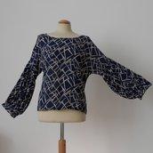 Blusa blu con manica a palloncino, in crepe di viscosa mano seta; fatta a mano.