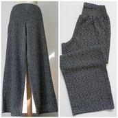 Pantalone dritto in misto lana, con elastico; fatto a mano.