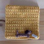Astuccio fatto a mano all'uncinetto giallo con dettaglio - cagnolino con osso