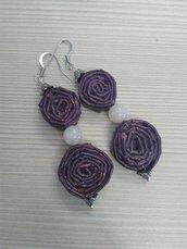 Orecchini viola pendenti leggeri di carta, metallo e pietre dure fatti a mano.