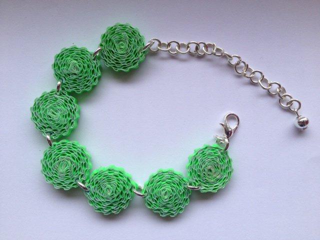 Bracciale verde e regolabile di cartoncino ondulato realizzato a mano