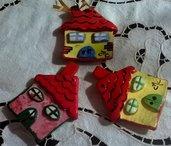 Casette, per albero natale, di ceramica manufatto multicolore dipinto avanti e dietro, particolari rilevati