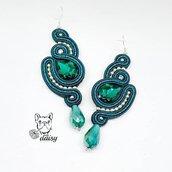 Lunghi orecchini pendenti soutache verde smeraldo con cristalli sfaccettati