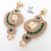 Eleganti orecchini soutache pendenti con catena strass verde e cristalli color oro e champagne