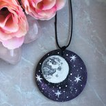 Collana con ciondolo di legno con luna dipinta a mano