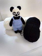 Panda amigurumi con i vestiti .