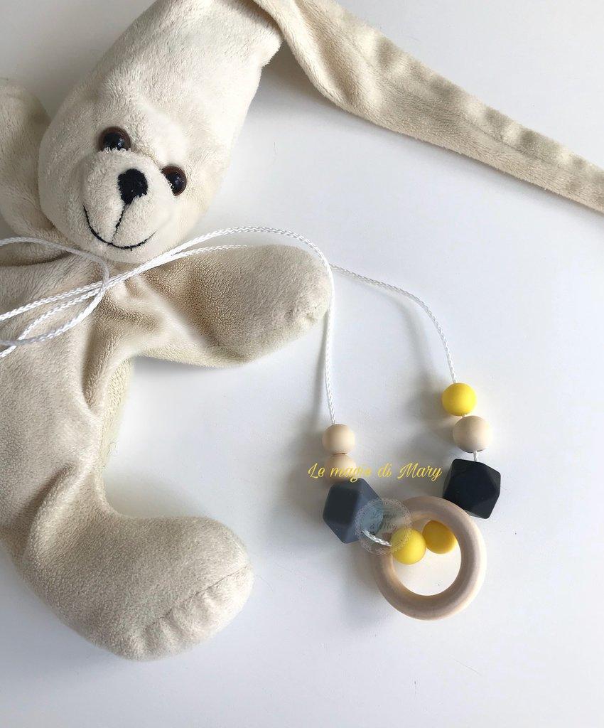 Collana allattamento con anello in legno e perle esagonali in silicone giallo/nero/grigio