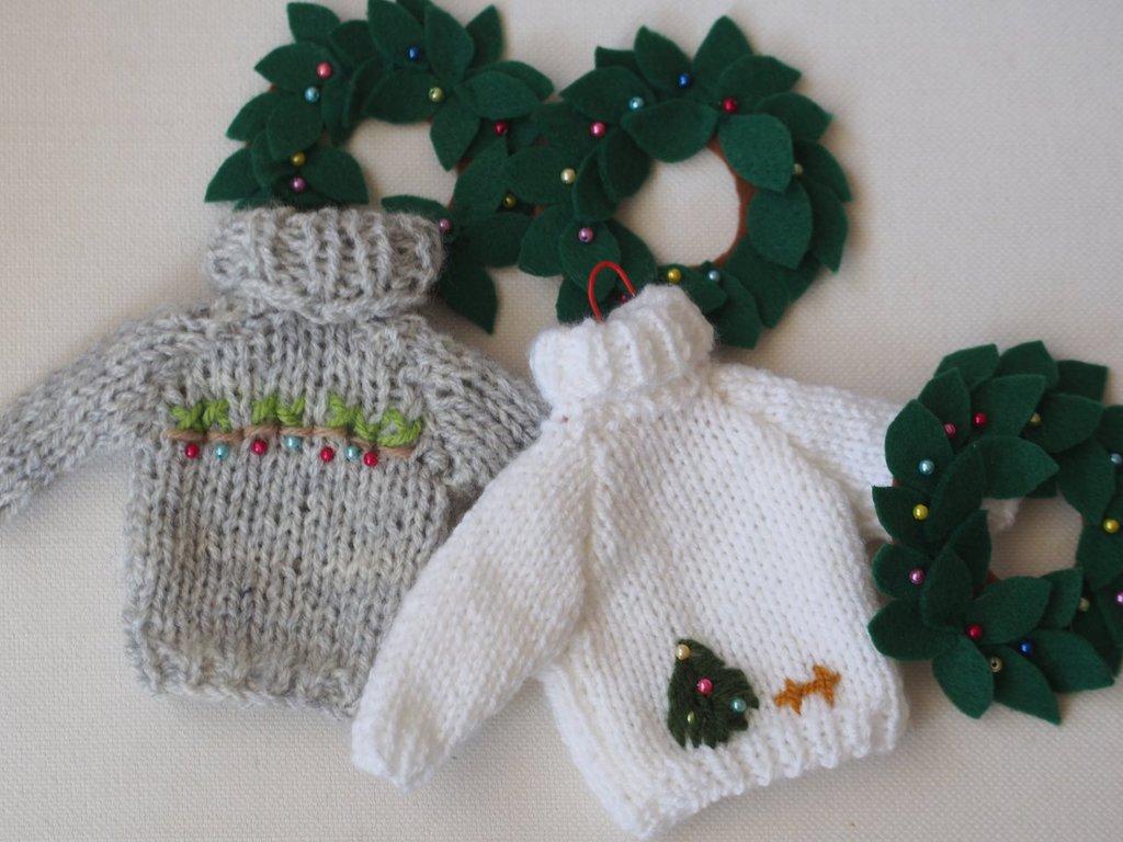 DECORAZIONE NATALIZIA.Mini PULLOVER in lana,lavorato a maglia/ricamato con perline,appendino.Perfetto per pupazzo/bambola.Regalo,gioco-