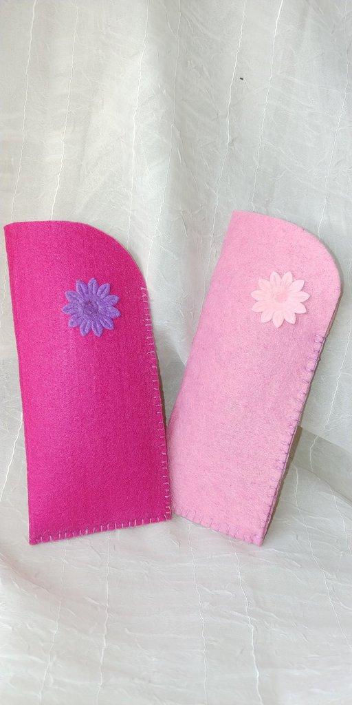 Portaocchiali di feltro cucito a mano e decorato con grazioso fiorellino di pannolenci in tinta