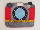 DECORAZIONE NATALIZIA.Macchina fotografica vintage in feltro grigio con perline,filo metallico,bottoni.Gioco,segnaposto,regalo originale.