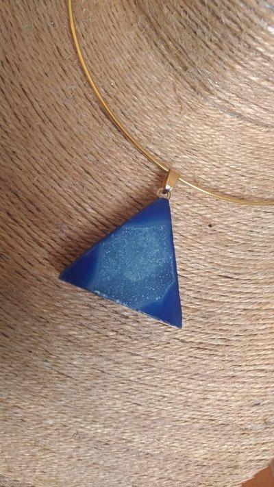 Collana rigida con pendente minerale grezzo con rifiniture dorate