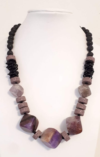 collana in agata viola e pietre laviche