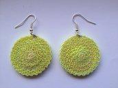 Orecchini pendenti gialli fatti a mano con cartoncino ondulato