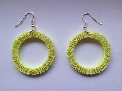 Orecchini a semicerchio gialli fatti a mano con cartoncino ondulato