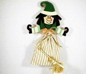 strega con sacchetto, strega in legno color verde, befana con sacchetto , halloween , epifania