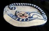 Gatto rilevato per targa fuori porta di ceramica con nome della famiglia manufatto ovale decorato in blu