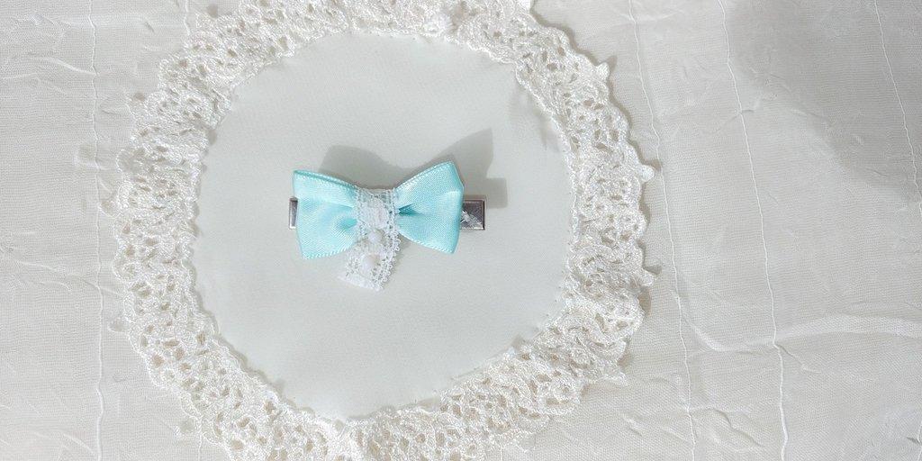 Fermaglietto  da bambina decorato con fiocchetto di raso verde acqua e merletto bianco
