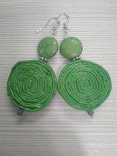 Orecchini pendenti leggeri di carta, metallo e pietre dure fatti a mano verde mela.