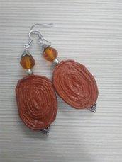 Orecchini pendenti leggeri di carta, metallo e pietre dure fatti a mano marrone chiaro